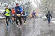 2012: Die Läufer kämpfen sich – bisher zum einzigen Mal – durchs Schneegestöber. (Bild: Maria Schmid (Horw, 28. Oktober 2012))