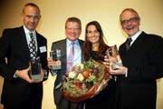 Sandra Studer mit den drei CFO-Awardgewinnern Andreas R. Herzog, Gerard van Kesteren und Theophil H. Schlatter (von links). (Bild André Häfliger/Neue LZ)