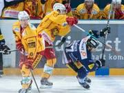 Der Zuger Fabian Schnyder (rechts) im Spiel gegen die Langnauer mit Yannick-Lennart Albrecht (links) (Bild: KEYSTONE/URS FLUEELER)