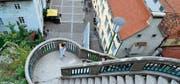 260 Treppenstufen führen auf den 473 Meter hohen Schlossberg mitten in der Altstadt. Hier hat man den schönsten Blick über die Gassen. (Bild: Karte oas)