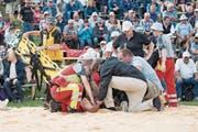 Der verletzte Joel Wicki wird vom Sanitäter betreut, ganz rechts der Bergkranzsieger Sven Schurtenberger. (Bild: Urs Flüeler (Rigi Staffel, 9. Juli 2017))