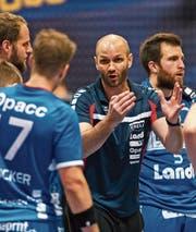 Heiko Grimm (Mitte) instruiert seine Spieler. (Bild: Roger Grütter (Luzern, 16. Dezember 2016))