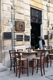 Zu jeder Tageszeit: ein Espresso im Caffè Napoli. (Bild: Vanessa Bay)
