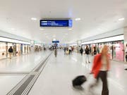 Neue Wegweiser sollen am Tiefbahnhof Zürich Löwenstrasse dafür sorgen, dass Passagiere den schnellsten Weg zum Tram oder Bus finden. (Archiv) (Bild: KEYSTONE/CHRISTIAN BEUTLER)