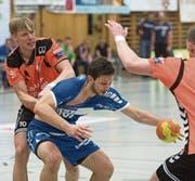Albin Alili (am Ball) und der HC Kriens-Luzern haben Grosses vor in dieser Saison. (Bild: Boris Bürgisser (Kriens, 5. April 2017))