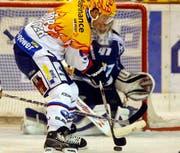Ryan Gardner von den ZSC Lions schiesst ein zum 1:2 gegen Zug-Goalie Lars Weibel. (Bild Keystone)