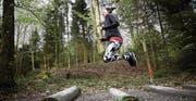 Die 24-jährige Simone Felder bereitet sich im Bireggwald in Luzern auf den Stadtlauf vor.Bild: «Luzerner Zeitung»/Jakob Ineichen