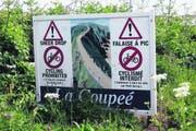 Auf der Insel Sark wird beim Übergang nach Little Sark zweisprachig vor steilen Klippen gewarnt. (Bild: Matthias Hafen)
