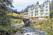 Per Postauto gehts nach Rosenlaui, dem Ausgangspunkt für die fünftägige Wandertour. Hier steht das gleichnamige Hotel Rosenlaui, wo seit 1779 Gäste beherbergt werden. (Bild: Peter Hummel)