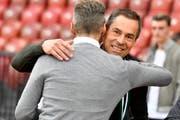 Sie haben allen Grund zur Freude: St.Gallen-Präsident Matthias Hüppi (rechts) und Sportchef Alain Sutter beim Auswärtsspiel gegen GC im Letzigrund. (Bild: WALTER BIERI (KEYSTONE))
