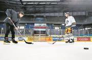 Sportreporter Sven Aregger (links) im Schusstraining mit EVZ-Profi Lino Martschini in der Zuger Bossard-Arena. (Bild: Stefan Kaiser/Zuger Zeitung (22. Februar 2018))