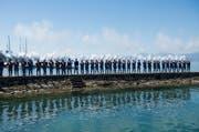 """Die """"Grenadiers fribourgeois"""", schiessen eine Ehrensalve anlaesslich des Fahnenempfangs, am Eidgenoessischen Schwing- und Aelplerfest (ESAF). (Bild: Jean-Christophe Bott / Keystone)"""