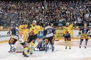 Die Vorentscheidung in der 21. Minute: Die Berner (gelbe Trikots) freuen sich über ihre 3:0-Führung, die Zuger sind erneut geschlagen. (Bild: Anthony Anex/Keystone (Zug, 17. April))
