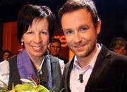 Siegerin Vreni Schneider mit dem Zuger Gala-Moderator Nik Hartmann. (Bild André Häfliger/Neue LZ)