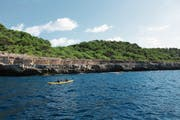 Auf einer Kajak-Tour lässt sich die Südküste der Insel mit ihren Meereshöhlen, Steilklippen und unberührten Sandstränden entdecken.