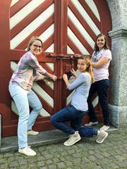 Evelyn Imfeld, Verena Mathis und Kerstin Wallimann (von links) schliessen die Tür nach dem letzten Koffermarkt. (Bild: PD)