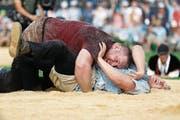 Die Entscheidung: Eine Minute vor Ende besiegt Christian Stucki seinen Verbandskollegen Curdin Orlik. (Bild: Peter Klaunzer/Keystone)