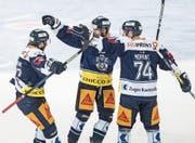 Die Zuger Robin Grossmann, Josh Holden und Johan Morant (von links) feiern das 2:0. (Bild: Urs Flüeler/Keystone (Zug, 16. September 2017))