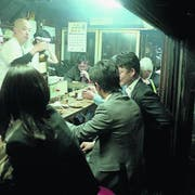 Lockeres Austauschen in einer Ramen-Bar im Golden Gai. (Bild: Marco Kamber)