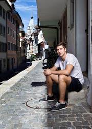 Lino Martschini in der Zuger Altstadt: Neu hat er eine NHL-Ausstiegsklausel im Vertrag. (Bild Stefan Kaiser)