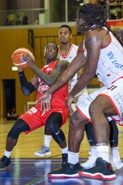 Austin Chatman von Swiss Central Basket, hier gegen Genf, machte 24 Punkte. (Bild: Martial Trezzini/Keystone)