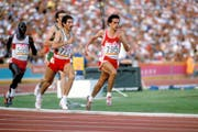 Markus Ryffel (rechts, Nr. 795) sprintet 1984 an den Olympischen Sommerspielen von Los Angeles zur Silbermedaille über 5000 m. Bild: Imago (Los Angeles, 9. April 1984)