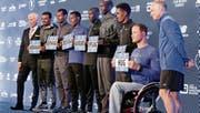 Die Präsentation vor dem Start: Tadesse Abraham und der Nottwiler Marcel Hug, der Favorit bei den Rollstuhlfahrern. (Bild: Richard Drew/AP (New York, 3. November 2017))