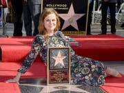 Amy Poehler, Ton-in-Ton mit ihrem Trottoir-Stern. (Bild: /EPA/MIKE NELSON)