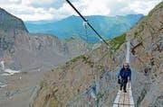 Alpin: Eine lange Hängebrücke führt zur ersten Unterkunft. (Bild: Quelle: Bundesamt für Landestopografie, Karte oas)