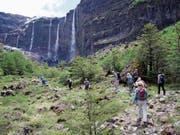 Die Wandergruppe steigt zu den Wasserfällen Castaño Overa des «Donnerbergs» Cerro Tronador auf. (Bild: Jürg J. Aregger)