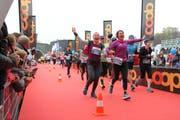 Läuferinnen triumphieren bei Zieleinlauf am Swiss City Marathon Lucerne beim Verkehrshaus. (Bild swiss-image.ch/Andy Mettler)