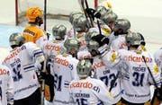 Verhaltener Siegerjubel bei den Zugern im Meisterschaftsspiel gegen den HC Lugano. (Bild: Keystone)