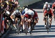 Chaotische Sprintankünfte: Mark Cavendish (links) stürzte in der gestrigen vierten Etappe wegen einer Ellbogenattacke durch Peter Sagan. (Bild: Yoan Valat/EPA (Vittel, 4. Juli 2017))