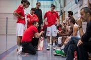 SCB-Trainer Danijel Eric (kniend) gibt seinen Spielern Anweisungen. (Bild: Manuela Jans-Koch (Luzern, 10. Dezember 2017))