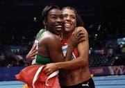 Mujinga Kambundji (rechts) freut sich mit der Weltmeisterin Murielle Ahouré von der Elfenbeinküste. (Bild: Matt Dunham/Keystone (Birmingham, 2. März 2018))