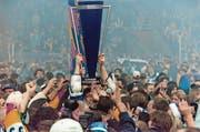 Der bislang grösste Zuger Erfolg: Meisterpokal 1998. (Bild: Keystone (Davos, 11. April 1998))