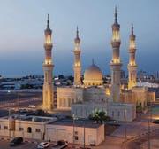 Abends wird die blendend weisse Scheich-Zayed-Moschee, Wahrzeichen von Ras al-Khaimah-City, beleuchtet. (Bild: fotolia)