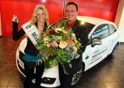 Miss Zentralschweiz Chantal Heggli erhält von Nidfeld-Geaschäftsführer Stefan Durrer Blumen, Auto und Schlüssel. (Bild André Häfliger/Neue LZ)
