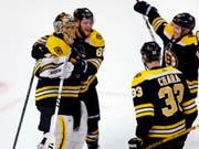 Darf sich nach dem 7:4-Sieg gegen die Toronto Maple Leafs und dem Weiterkommen feiern lassen: Bostons finnischer Goalie Tuukka Rask (Bild: KEYSTONE/AP/CHARLES KRUPA)