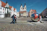 Eine Weltkugel auf dem Wittenberger Marktplatz. Am 20. Mai wird «Weltausstellung Reformation» eröffnet. (Bild: Zöllner/Getty)