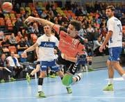 Der Schaffhauser Zoran Markovic trifft gegen die Krienser Adrian Blättler (links) und Albin Alili. (Bild: Mike Kessler (Schaffhausen, 1. März 2018))