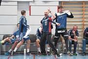 Trainer Heiko Grimm (Mitte) ist wild entschlossen, mit seiner Mannschaft zum Siegen zurückzukehren. (Bild: Roger Grütter (Luzern, 17. April 2017))