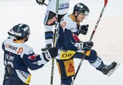 Carl Klingberg (rechts) bejubelt mit EVZ-Teamkollege Dominik Schlumpf seinen Siegtreffer. (Bild: Alexandra Wey/Keystone (Zug, 16. Januar 2018))