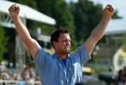 Kilian Wenger jubelt im Juli nach dem gewonnen Schlussgang beim Berner Kantonalen Schwingfest in Niederscherli bei Köniz. (Bild: Keystone)