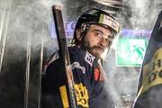 Tim Ramholt vor dem Betreten des Eises in der Bossard-Arena: Die Tage des Verteidigers beim EV Zug sind gezählt. (Bild: Freshfocus/Andy Müller)