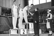 Jack Günthard erhält am 24. Juli 1952 von Graf Bonacossa von Italien die Goldmedallie an den Olympischen Sommerspielen von Helsinki für seine Darbietung am Reck. (Bild: Keystone)