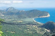 Berge erheben sich direkt aus dem Meer – an der albanischen Küste in der Grenzregion zu Montenegro. (Bild: Silvia Bucher)