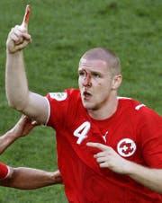 Jubel trotz klaffender Wunde bei Philippe Senderos. 2006 verletzte er sich beim Kopftor gegen Südkorea oberhalb des rechten Auges. (Bild: AP)