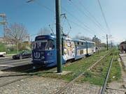Das Tram Nr. 3 fährt auf der Ulica Zmaja od Bosne («Sniper Alley»). (Bild: Michael Hug)