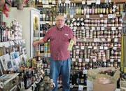 Jean-Marie Chionga in seinem Feinkostladen in Calvi. (Bild: Axel Baumann)